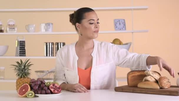 žena jíst zdravé jídlo