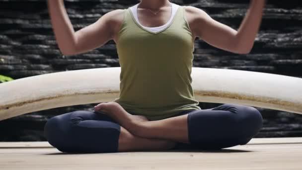 Žena dělá jógu