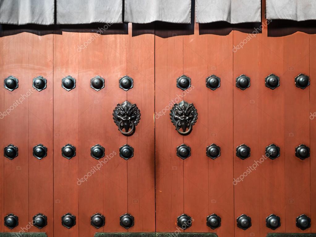 Cerniere Per Cancelli Di Legno : Vecchi cancelli di legno con cerniere in metallo u foto stock