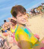 Roztomilý mladý chlapec s barevnými tváří, večírek