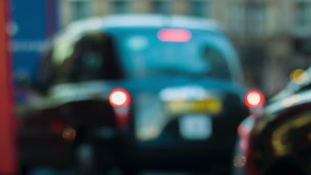 Londýn - 12 listopadu 2014: Black Cab zastaví na červené světlo v Londýně
