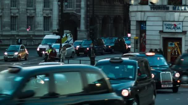 Londýn - 12 listopadu 2014: Provoz na Trafalgar Square