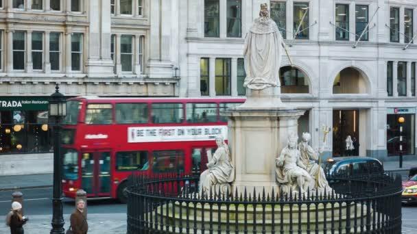 Londýn - 08 prosinec 2014: Moderní autobus kolem na sochu z královny Anny, St Paul