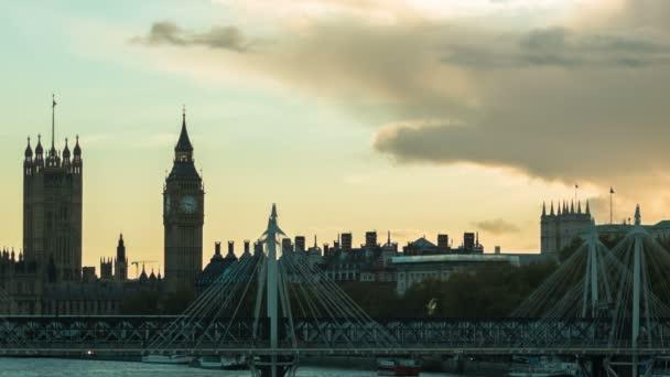 A vonat halad a Golden Jubilee híd, London