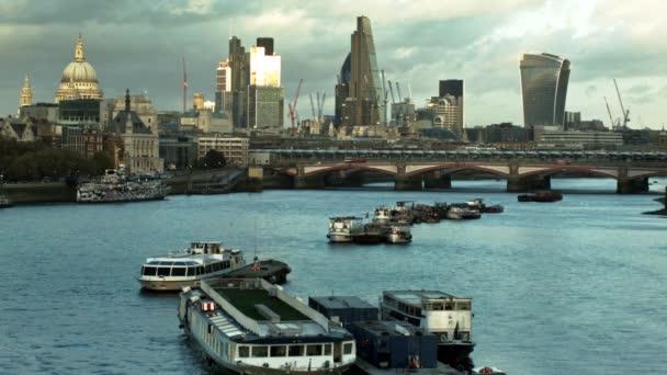 Lodě na Temže a londýnské City