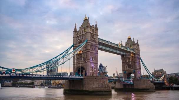Tower Bridge v Londýně, den noční time-lapse