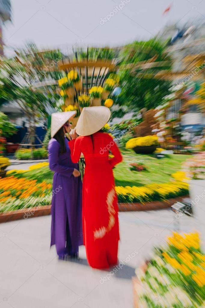 6d7f4492fd00 Γυναίκες από το Βιετνάμ με παραδοσιακή ενδυμασία Ao Dai – Εκδοτική ...