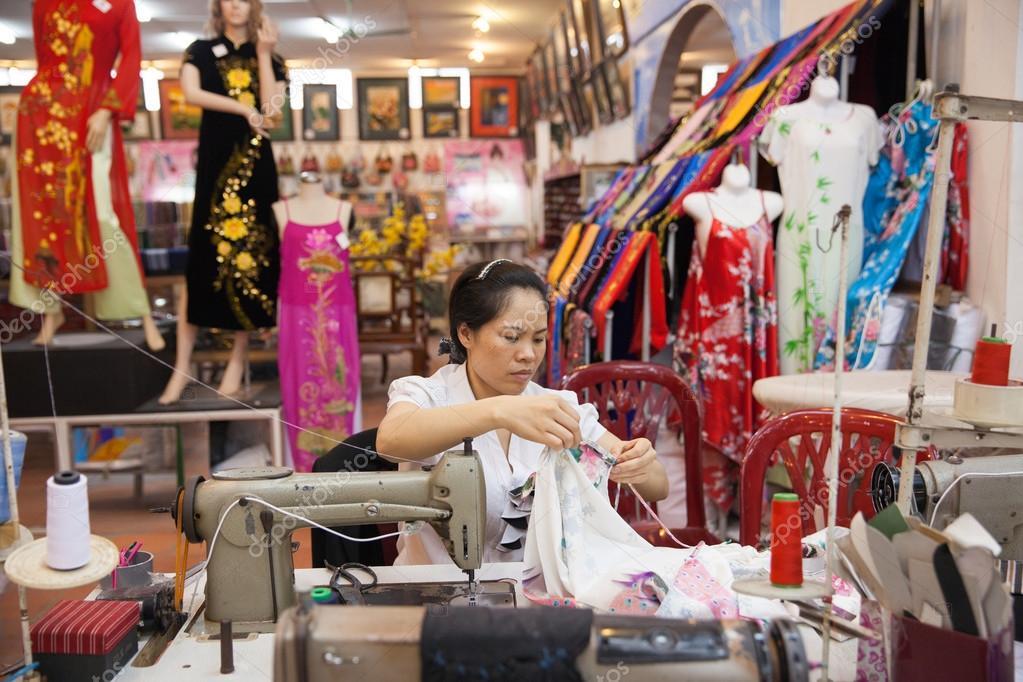 4f3eb6059d60 Βιετναμέζικα ράφτης γυναίκα ράβει παραδοσιακά μεταξωτό φόρεμα ...