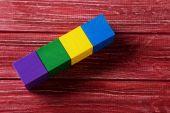 Barevná dřevěná hračka kostky