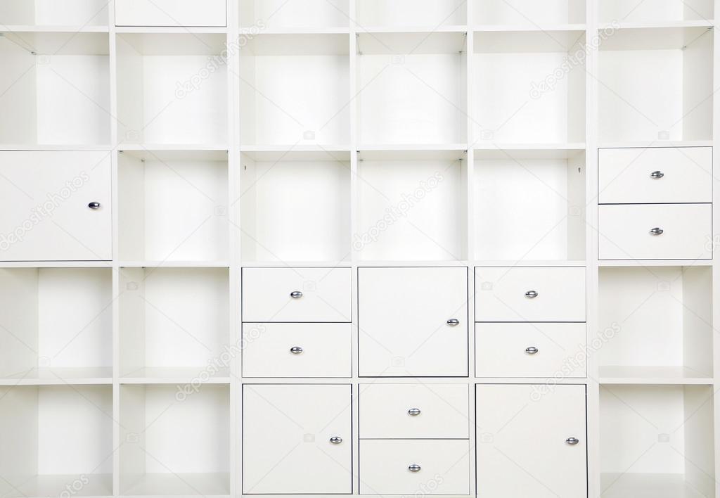 Estantes vacíos en bastidor blanco — Fotos de Stock © 5seconds ...