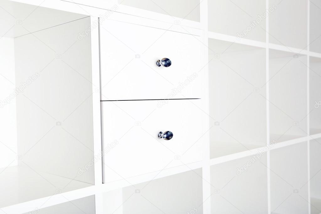 Estantes vacíos en bastidor de madera blanco — Foto de stock ...