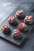 Photo Sweet chocolate cakes with berries