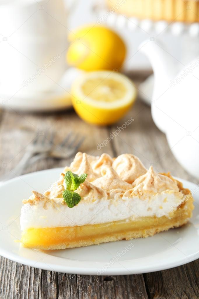 Zitronen Baiser Kuchen Auf Teller Stockfoto C 5seconds 70263659