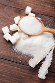 bílý cukr na dřevěné pozadí