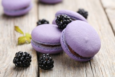 Tasty purple macaroons with blackberries