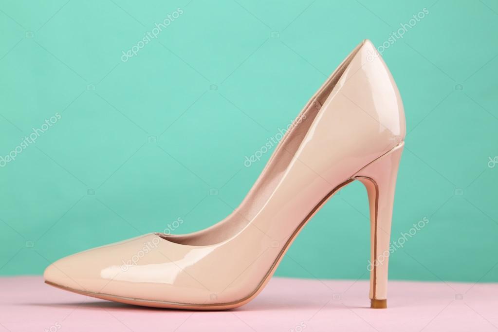Béžové Dámské boty na vysokém podpatku na růžovém pozadí — Fotografie od  5seconds b82dc637cc