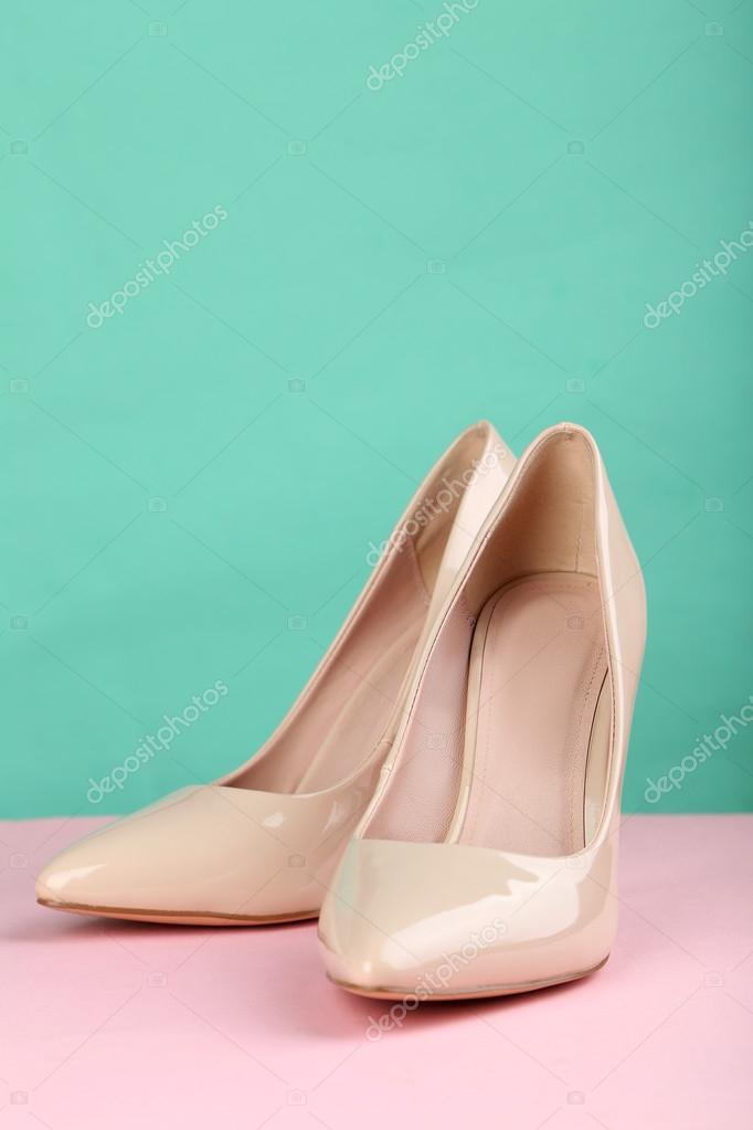 Béžové Dámské boty na vysokém podpatku na růžovém pozadí — Fotografie od ... 2d2cc70e69