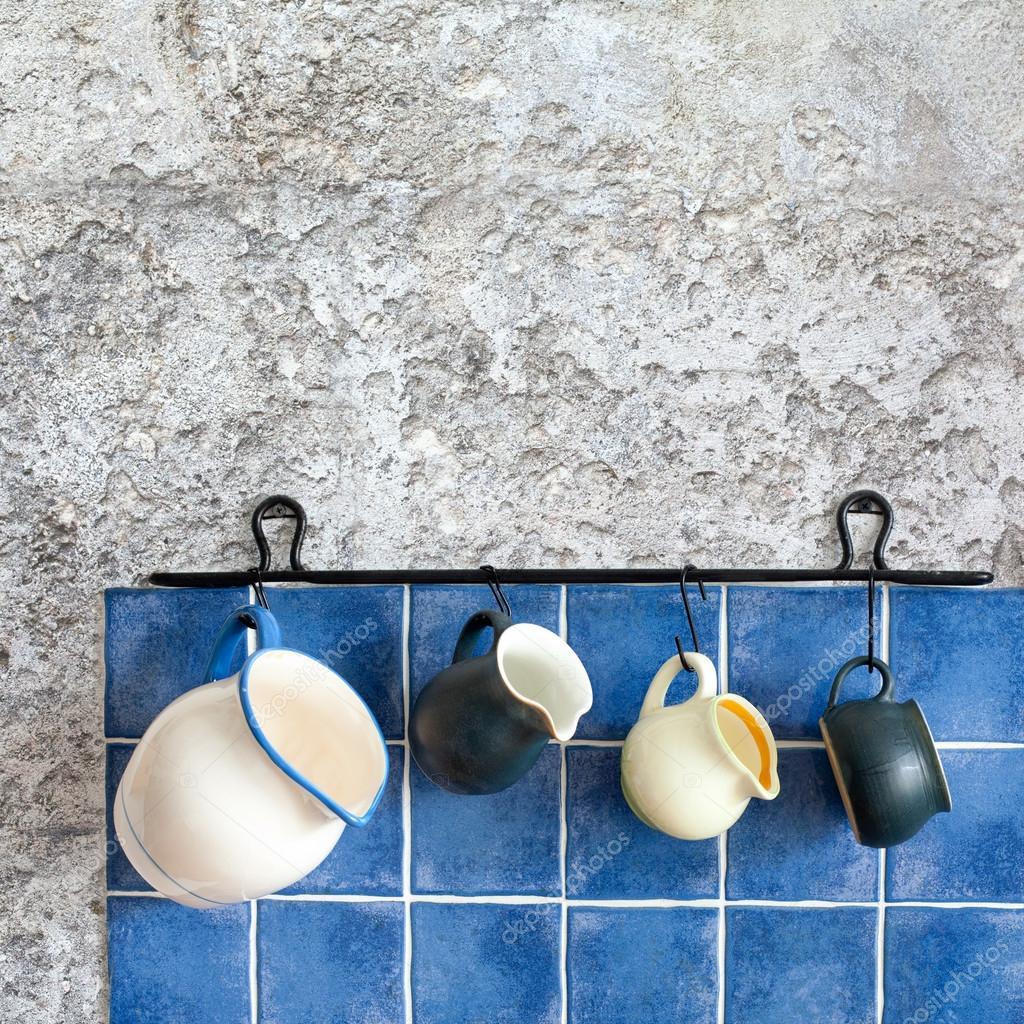 accessoires de cuisine. hanging cruches. conception retro pichets en