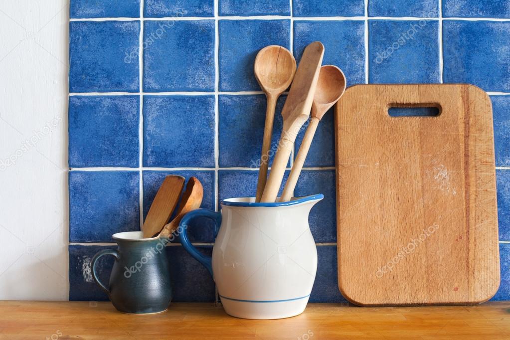 bodegn de cocina interior con accesorios vintage azul fondo de cermica de la pared de azulejos jarras retros mesa de corte cucharas de madera