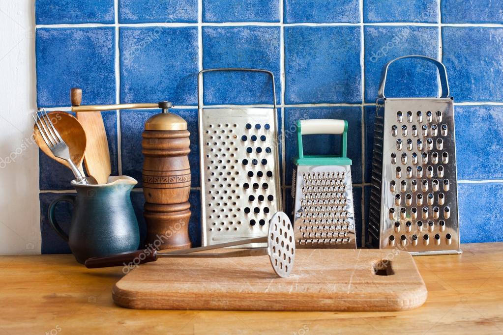 bodegn de cocina utensilios de cosecha ralladores de cocina jarra de cermica cucharas de madera tabla de cortar pared de azulejos
