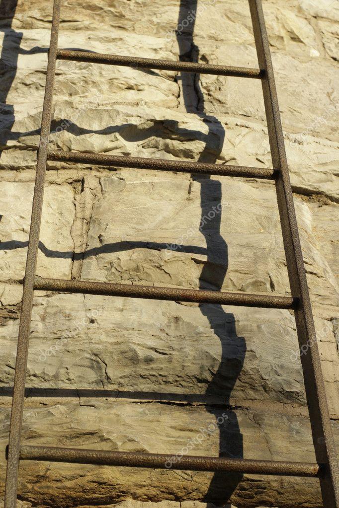 Escalier métallique sur mur en pierre — Photographie bernardojbp ...