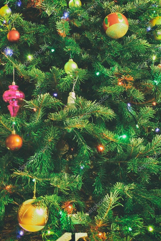 kerstboom met verlichting en ballen stockfoto