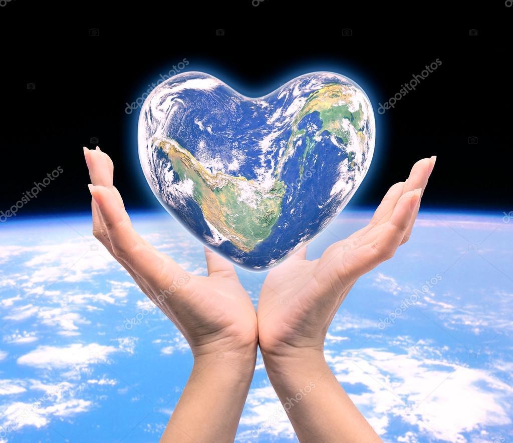 Mundo en forma de coraz n con las mujeres humanas manos en for Fotos del corazon