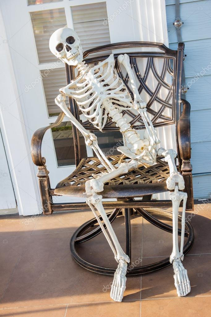 Esqueleto Sentar Na Poltrona E Esperar Stock Photo