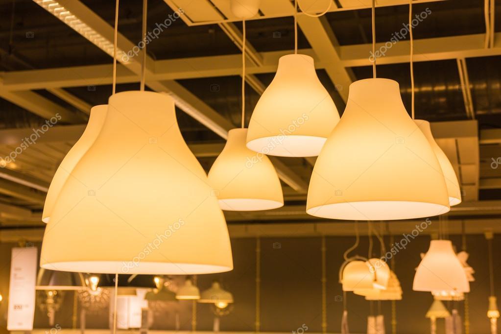 Una lampada di illuminazione con lampadine in casa u foto stock
