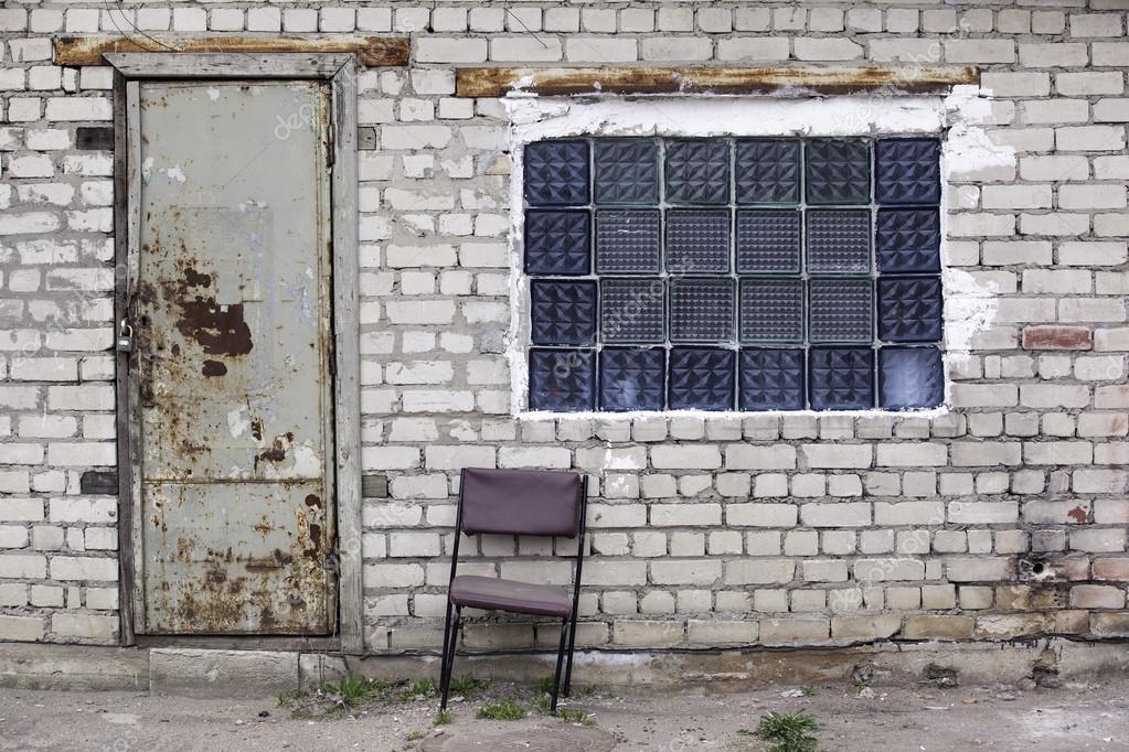 Pared de ladrillo con ventanas de ladrillos de vidrio, puertas ...