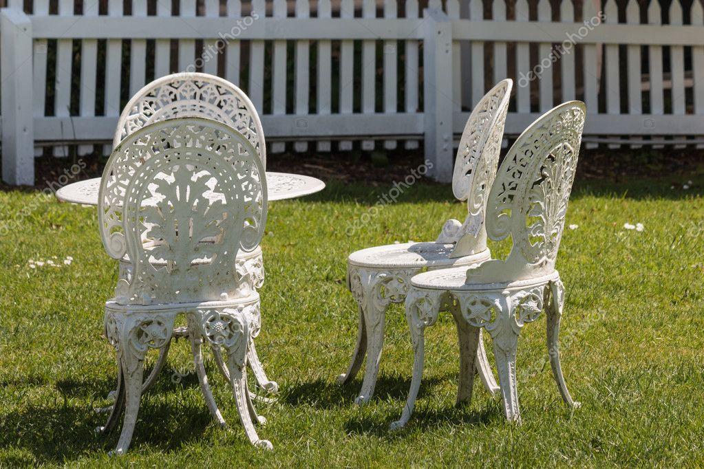 Muebles de jardín de hierro forjado blanco — Foto de stock ...