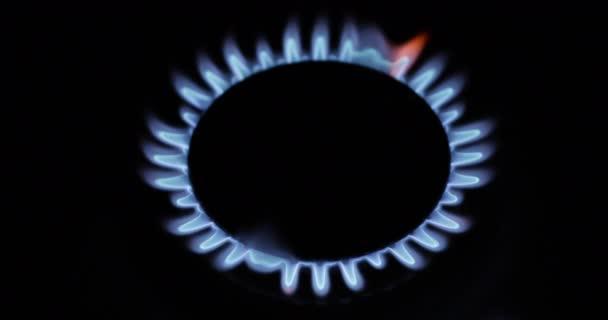Blaue Gasflamme, Gaskomfort auf schwarzem Hintergrund.