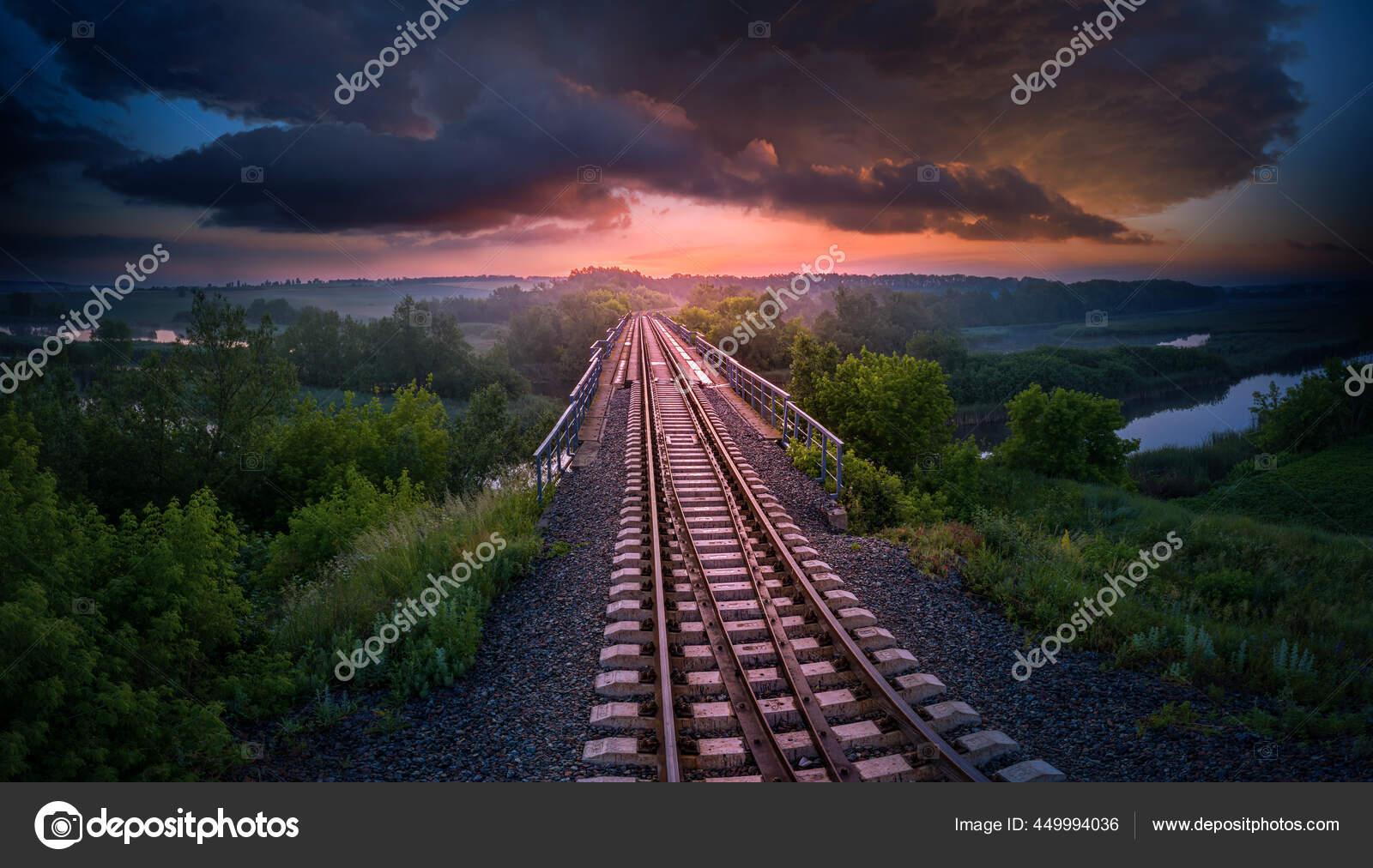 Kereta Api Dan Jembatan Atas Sungai Latar Belakang Matahari Terbenam — Stok  Foto © Maykal #449994036