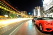 Fotografie Rychlost koncept – Červené sportovní auto v noci semafory