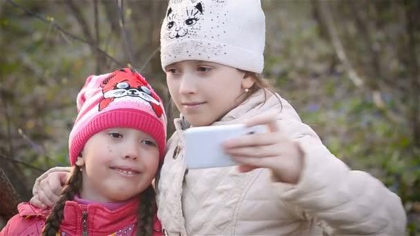 Lányok, hogy a selfie, és mosolyogva