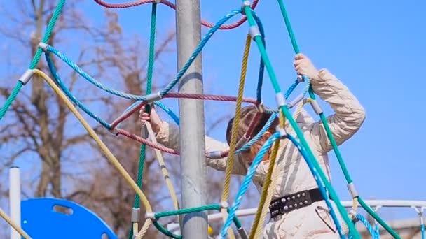 Mädchen klettert die Seile hoch
