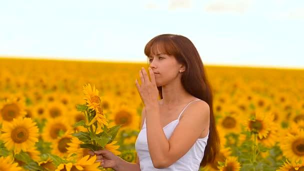 Dívka voní slunečnice.