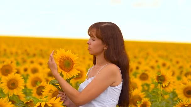 Dívka žehličky slunečnice.