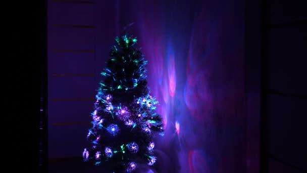 Nový rok 2020 nálada. Vánoční stromek, veselé svátky. Vánoční interiér. krásný vánoční stromek v pokoji, zdobený zářivým věncem a hvězdou. dovolená pro děti a dospělé.