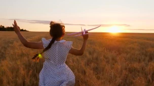 Dívka se chce stát pilotkou a astronautkou. Zpomal. Šťastná dívka běží s hračkou letadlo přes pšeničné pole v paprscích západu slunce. Děti si hrají s letadýlkem. Teenager sní o létání a stává se pilotem