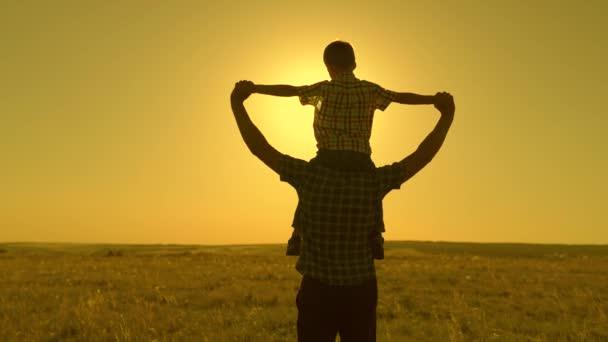Boldog gyermek fia ül az apja nyakán, játszik pilóta, repül, mint a szuperhős, álmodik a repülés az apjával. Apa és a gyerek játszanak, fantáziálnak a repülőn a fiúval. Boldog család nyugszik a parkban a napon