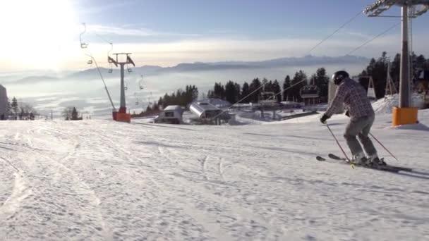 Lyžař se blíží lyžařské vleky