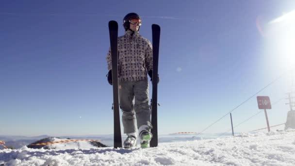 Skifahrer wirft Carving-Ski nach unten