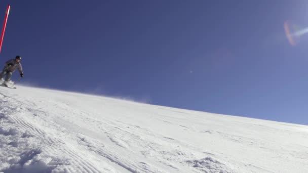 Skifahrer beim Abfahren