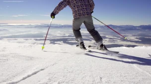 Lyžař lyžování dolů