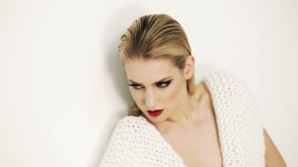 Model nosí Vlněné šaty