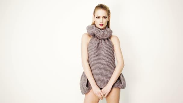 Model posiert im Wollkleid