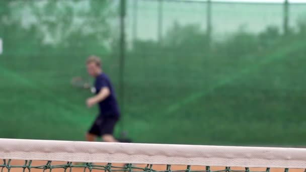 Tenisový hráč hraje tenis
