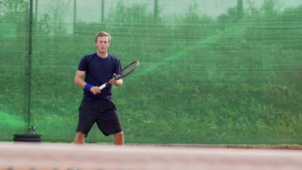 Hráč hraje tenis
