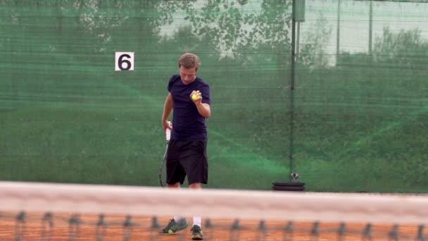 Hráče, tenisový míček